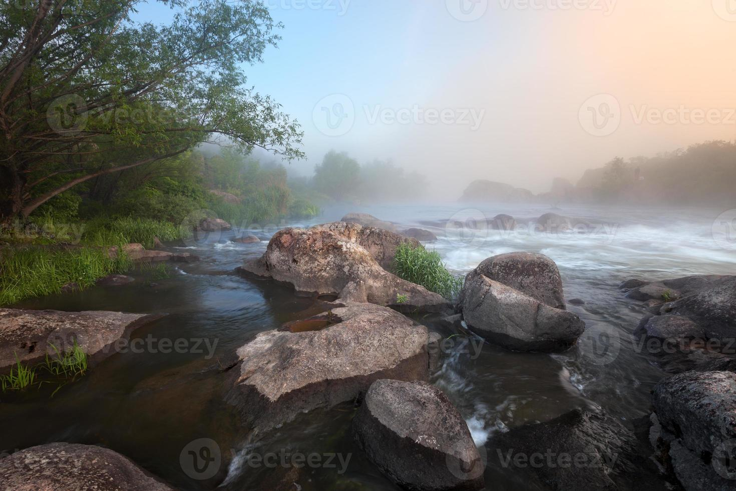mañana brumosa del río foto