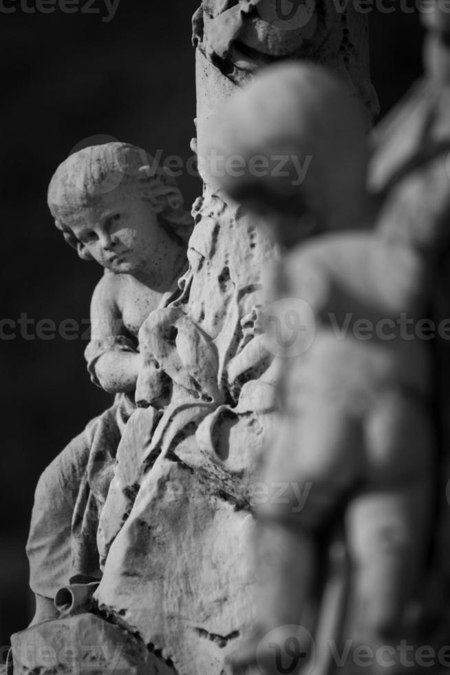 estatua del ángel en lápida foto