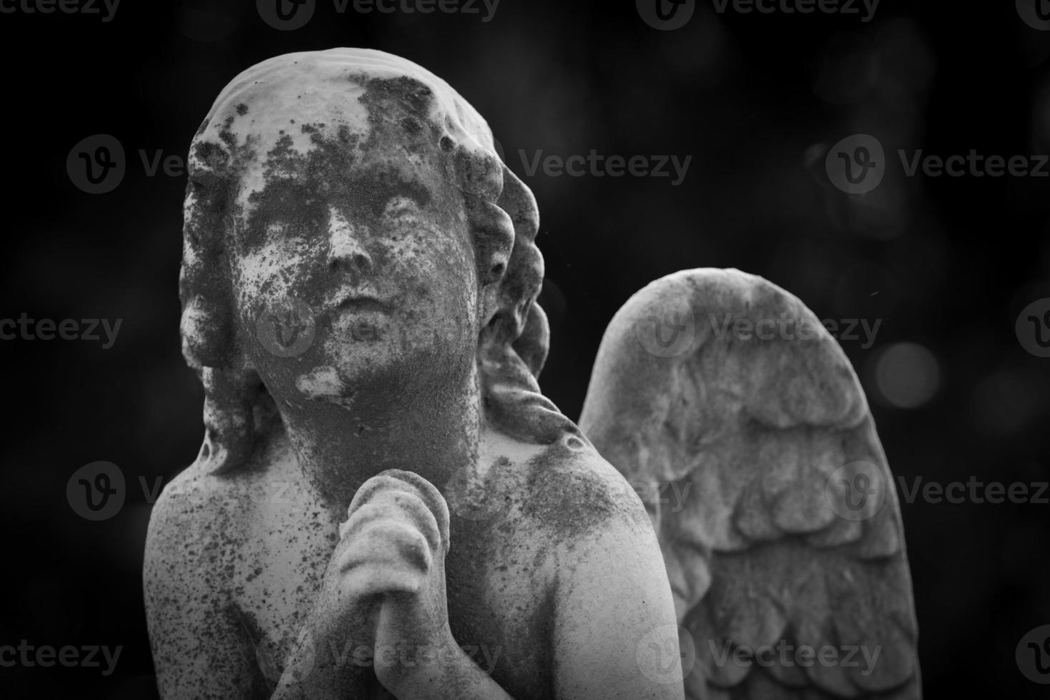 estatua del ángel rezando foto