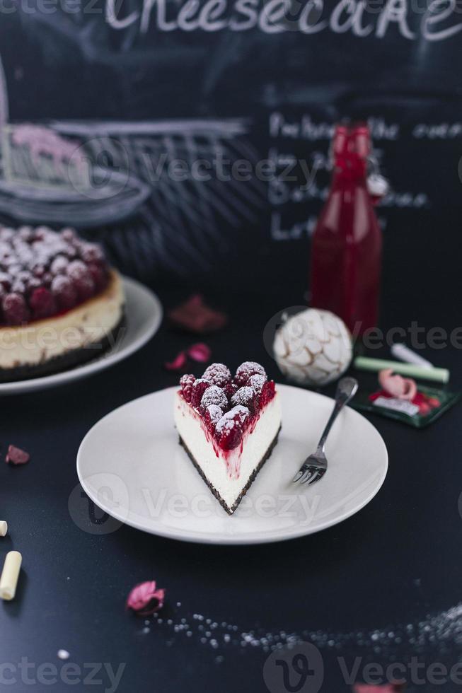 tarta de queso con frambuesas frescas foto