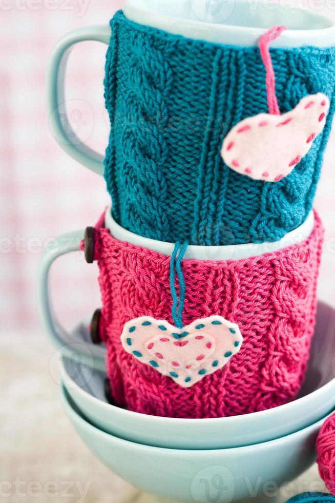 dos tazas azules en suéter azul y rosa con corazones foto