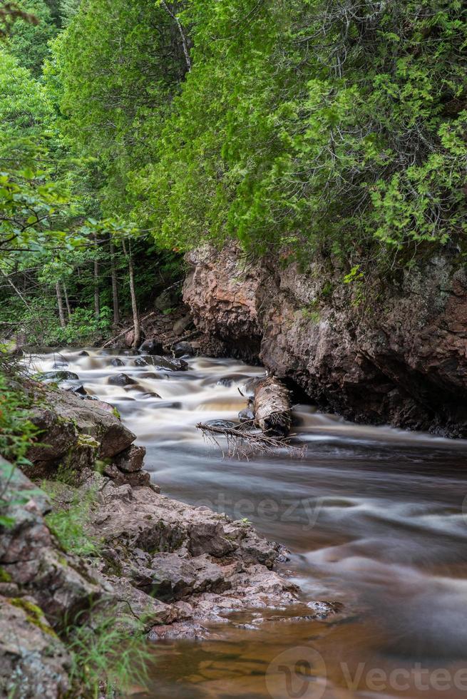 tranquilo río en cascada foto