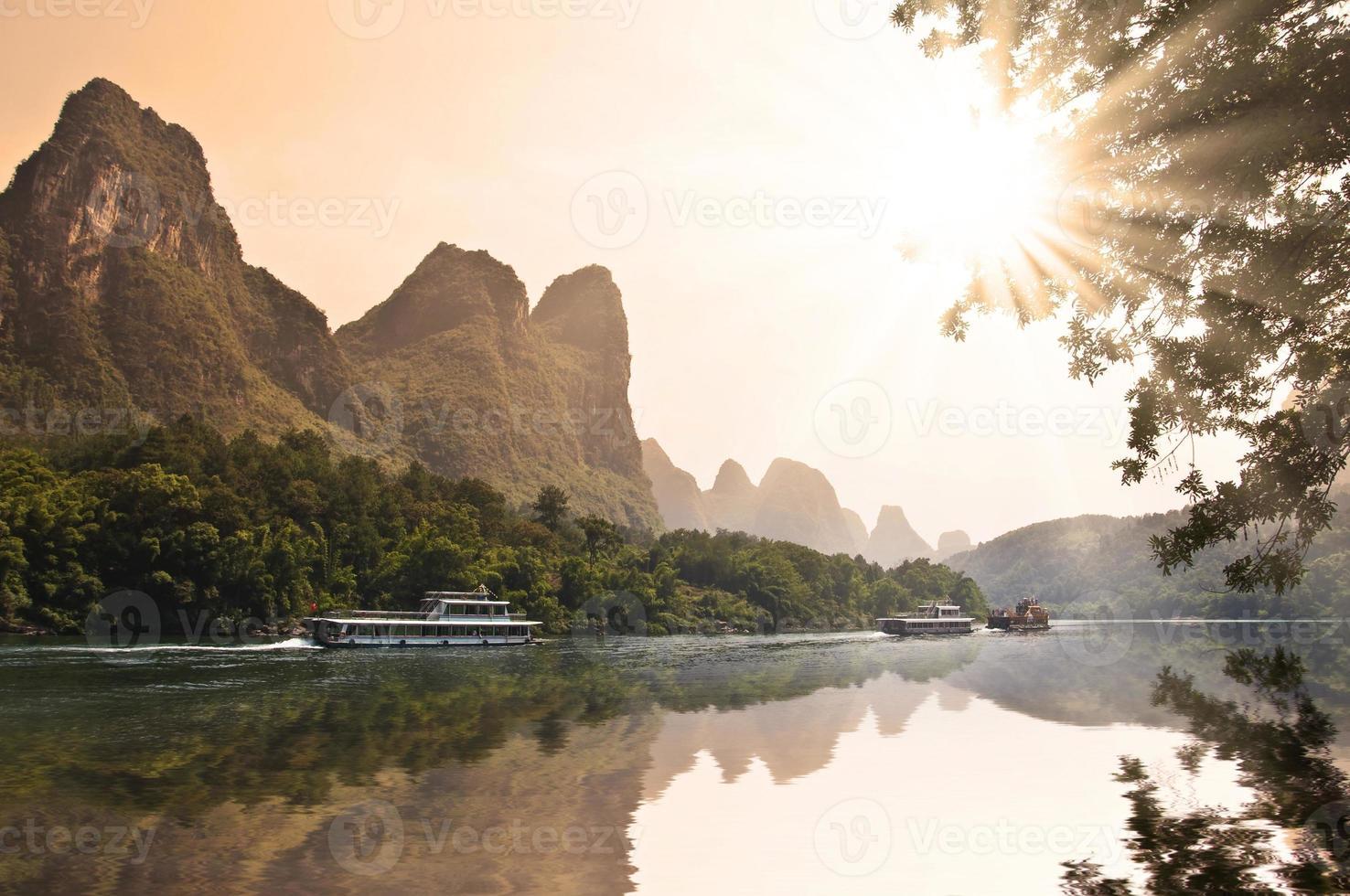 barcos en el río li (lijang), guangxi, china foto