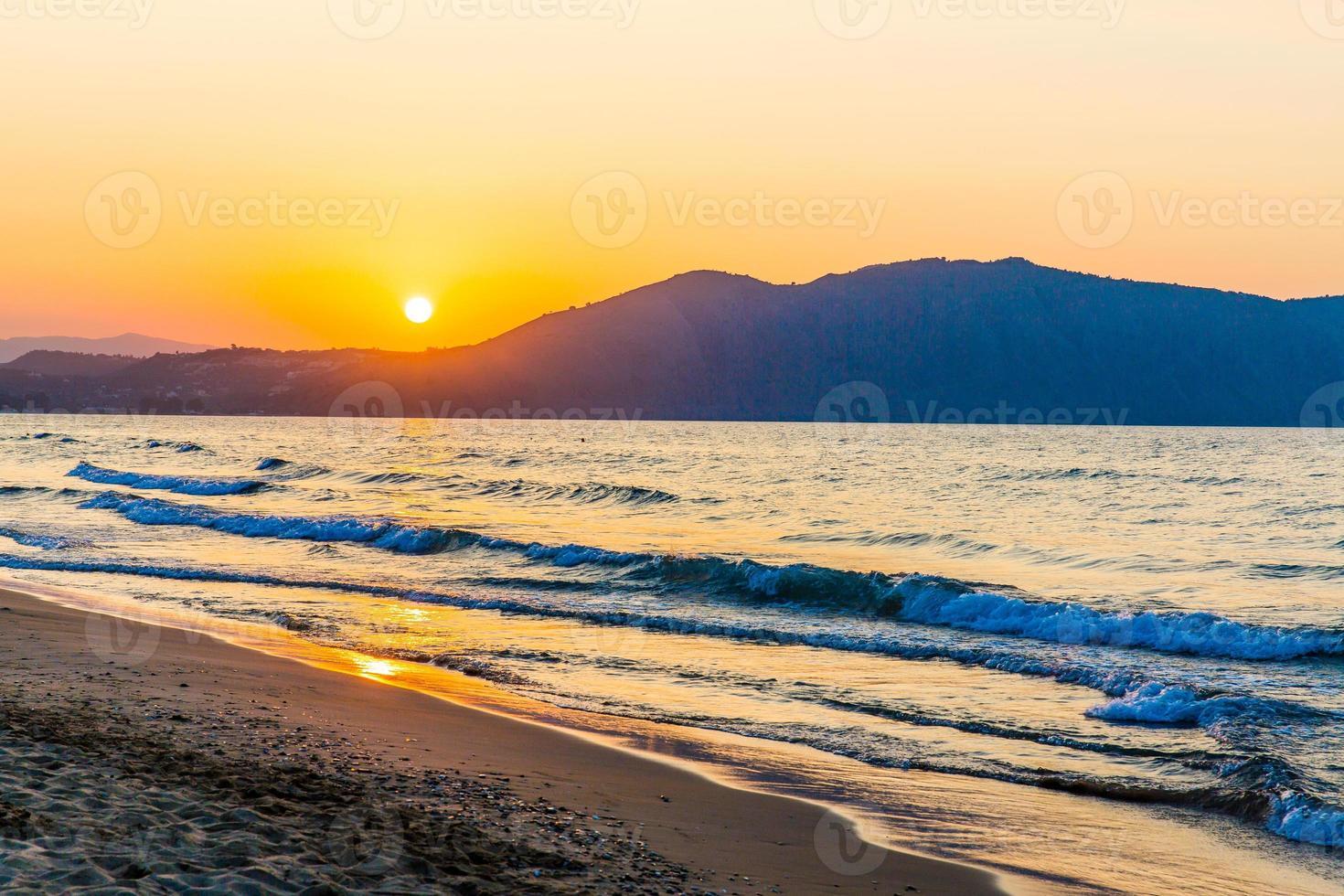 Playa en la puesta de sol en la aldea de Kavros en Creta, Grecia foto