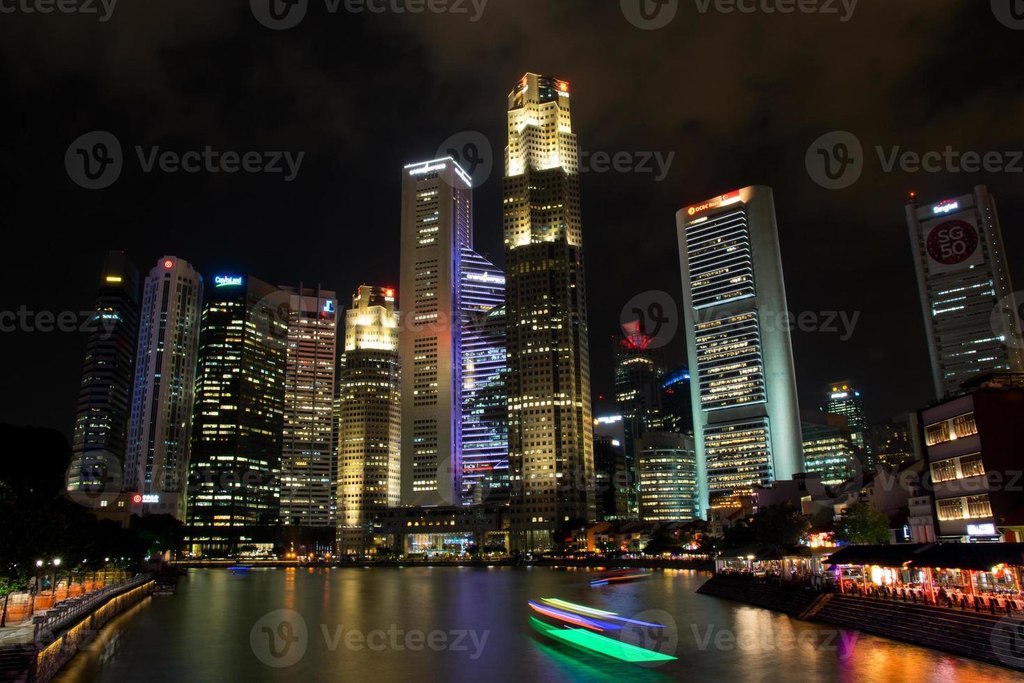 distrito financiero con baot en el río singapur foto