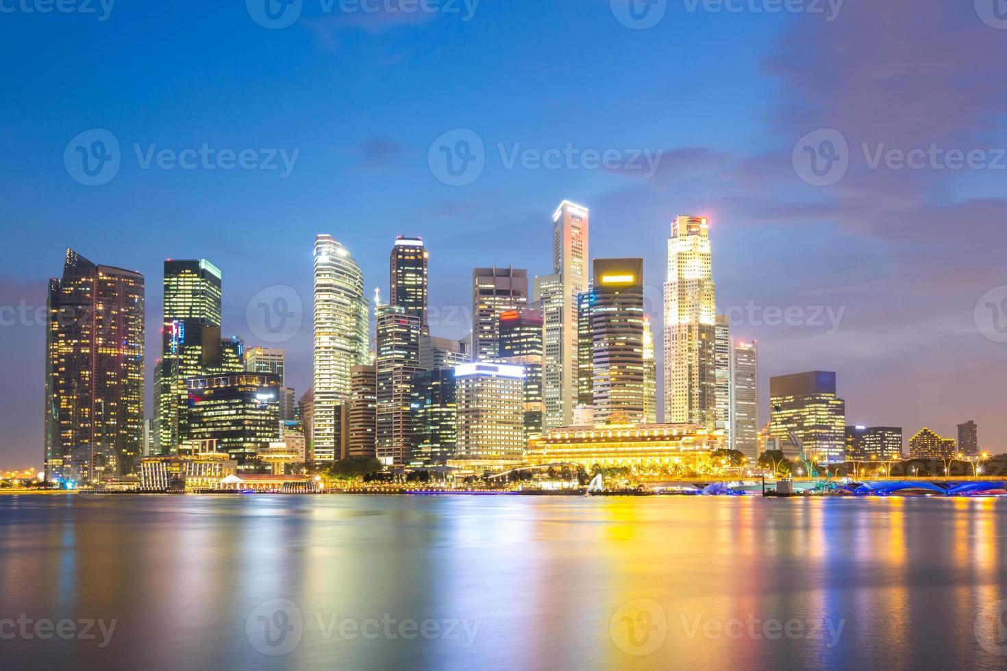 anochecer de la ciudad de singapur foto