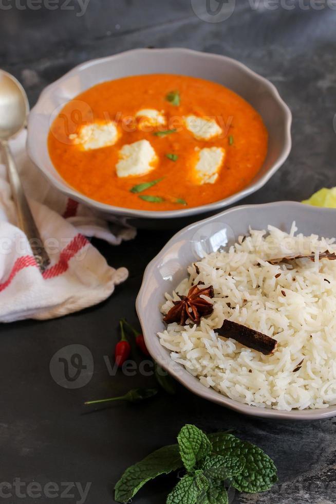 arroz y paneer mantequilla masala curry indio foto