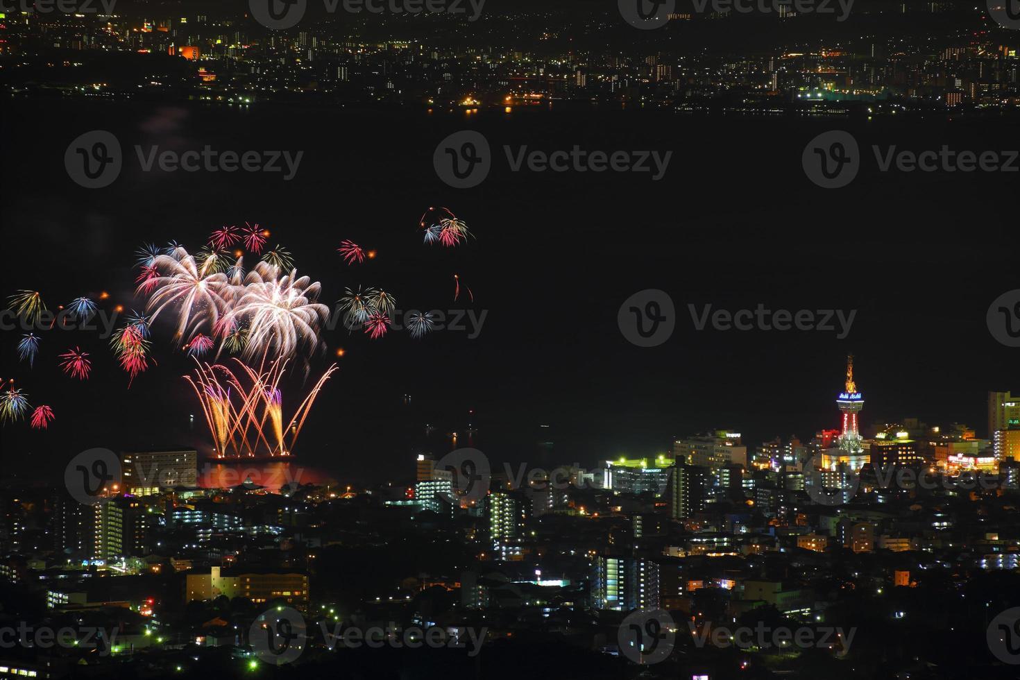 beppu vista nocturna y fuegos artificiales foto