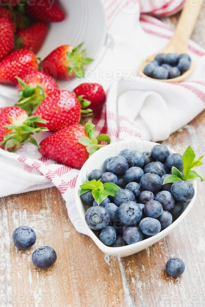 arándanos y fresas foto