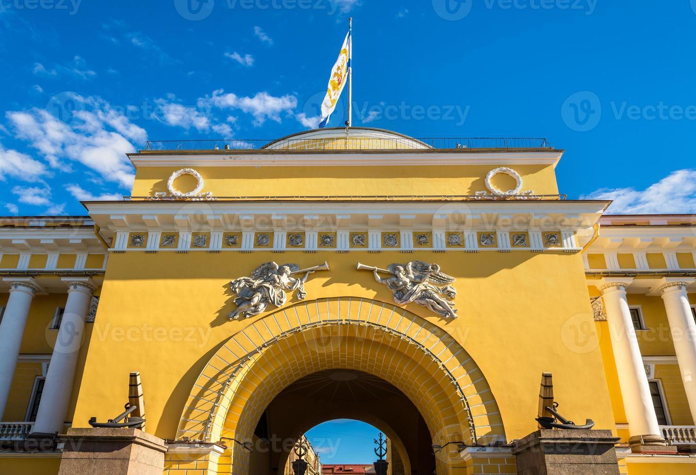 El edificio del almirantazgo en san petersburgo - rusia foto