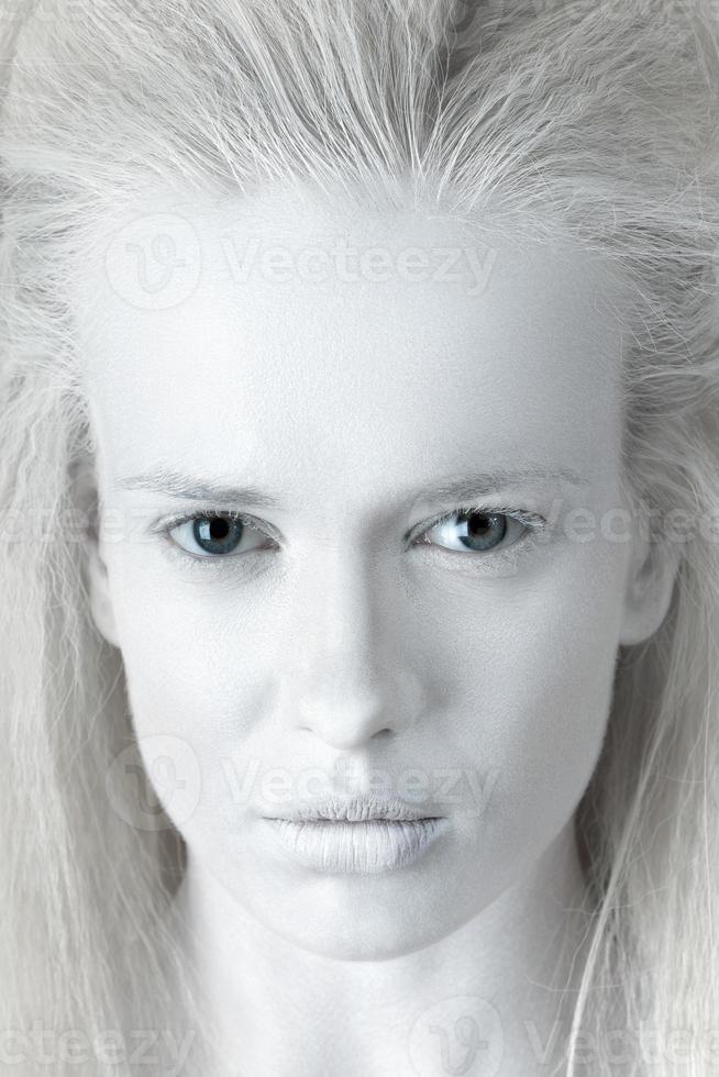 Retrato de misteriosa mujer albina foto