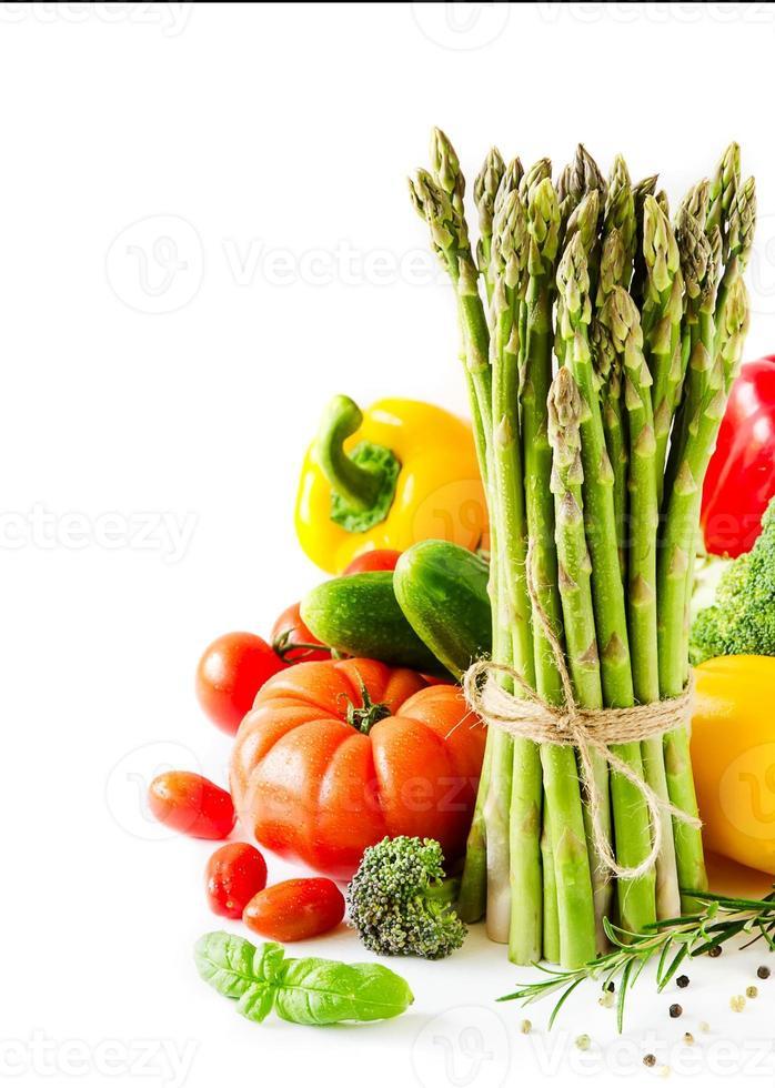 verduras frescas aisladas sobre fondo blanco copia espacio vertical foto