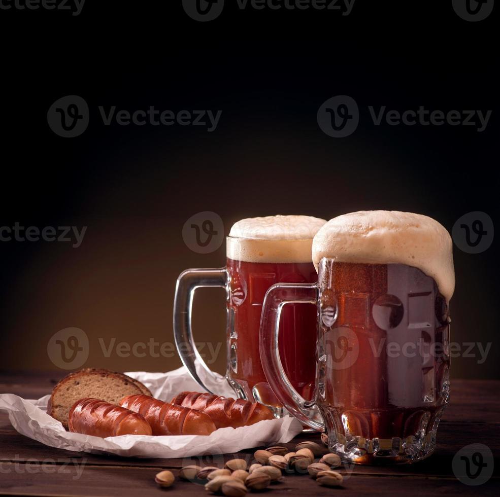 jarras de cerveza con aperitivos foto