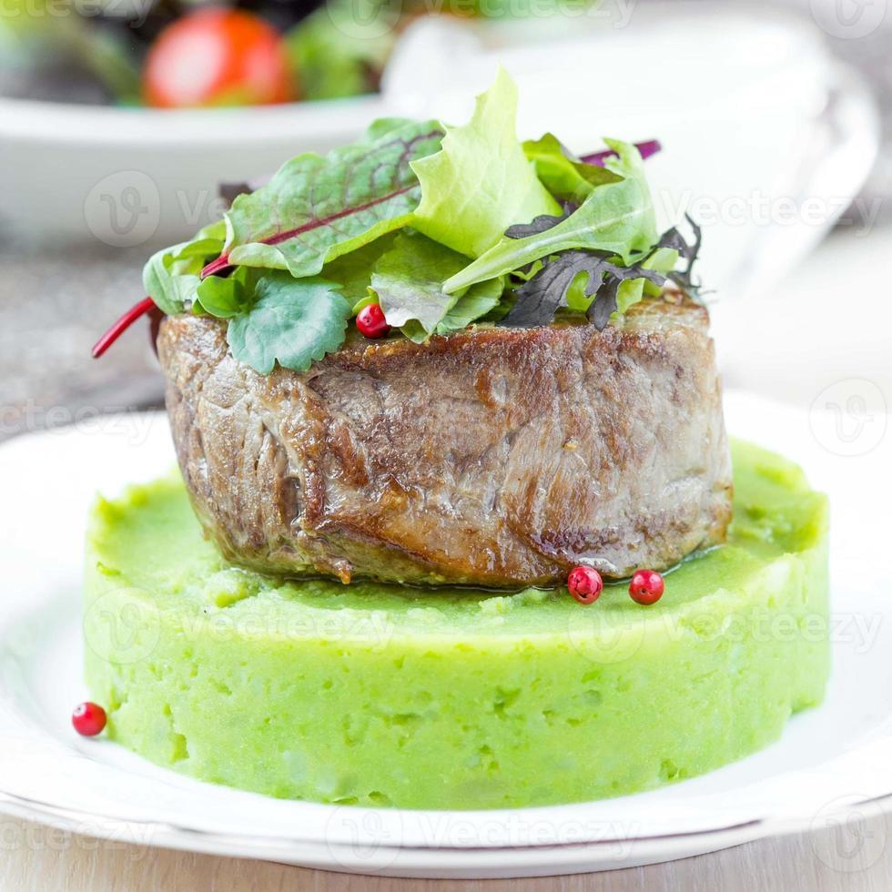filete de res a la parrilla, puré de papas verde con guisantes, hierbas, sabor foto