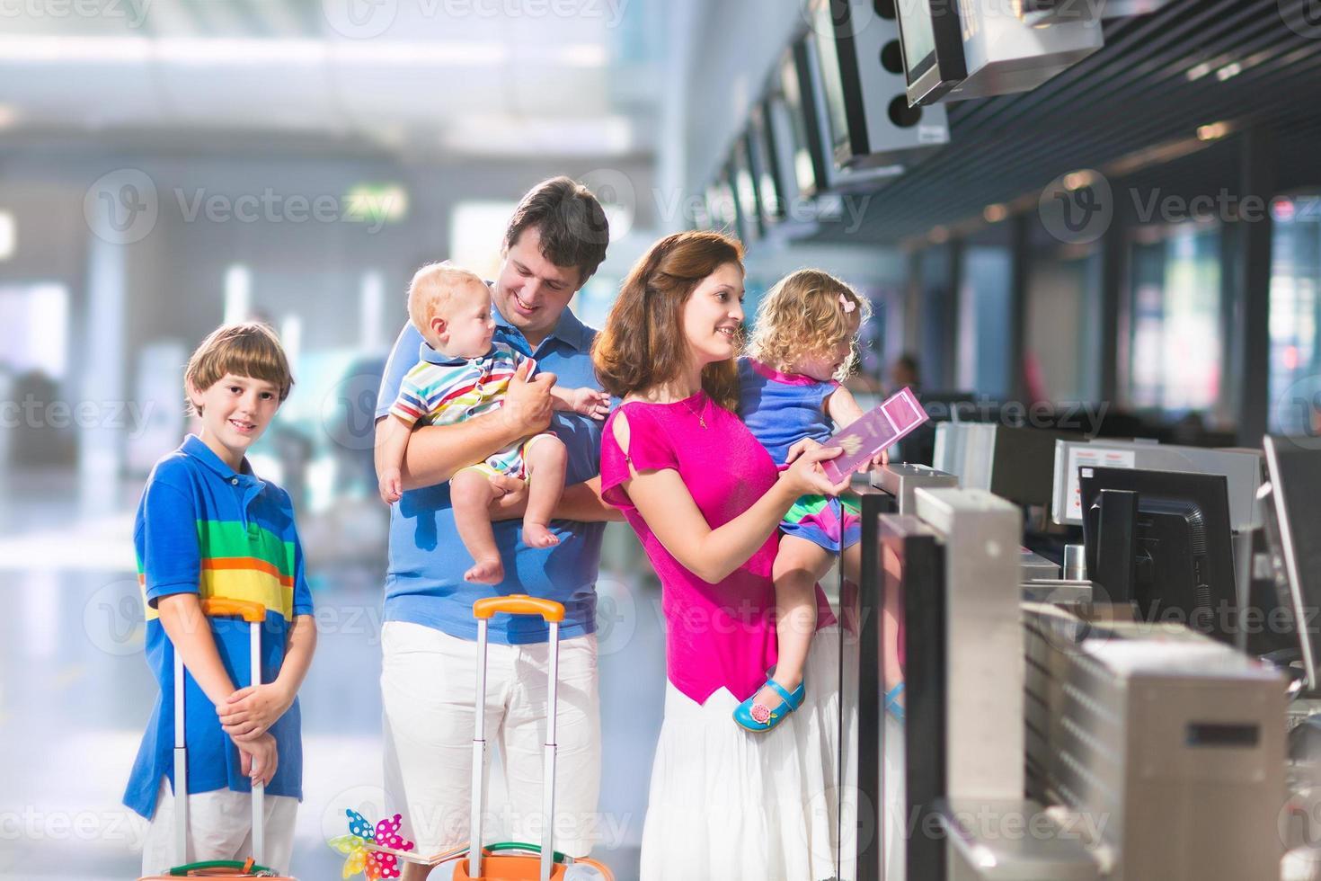 joven familia en el aeropuerto foto