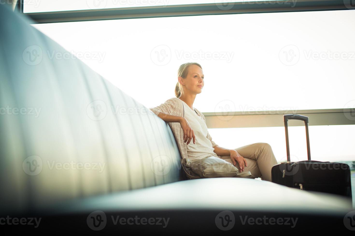joven pasajera en el aeropuerto foto