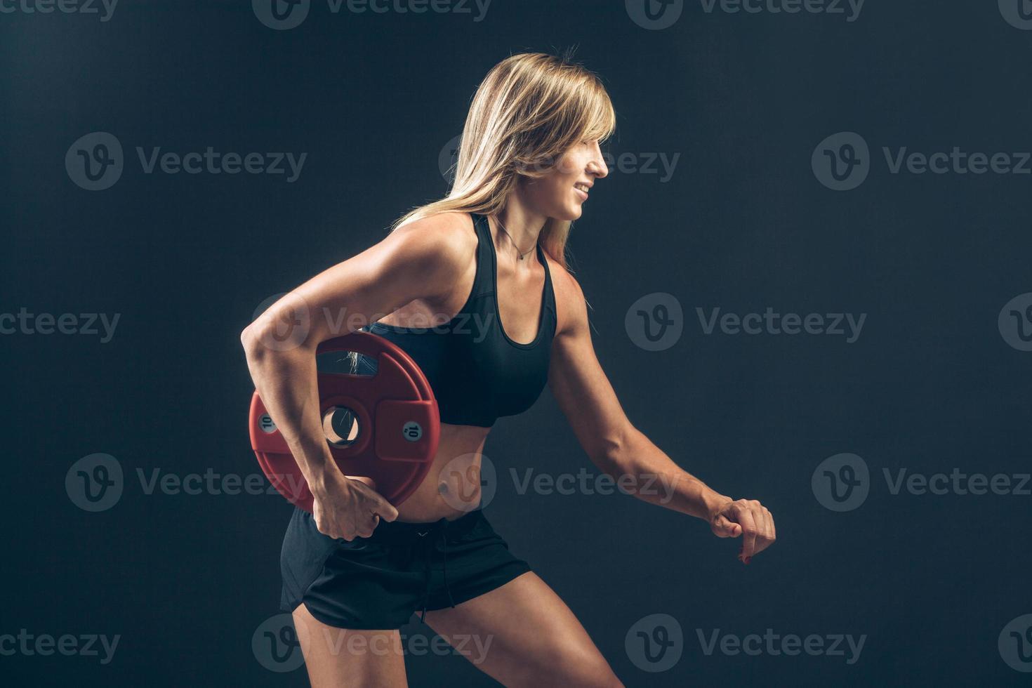 mujer fitness haciendo entrenamiento con pesas levantando pesas pesadas foto