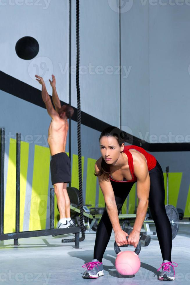 gym gym kettlebell mujer y wall ball hombre foto