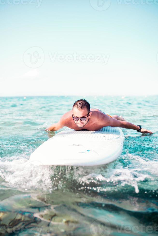 surf, surf, playa. surfista atrapando una ola foto