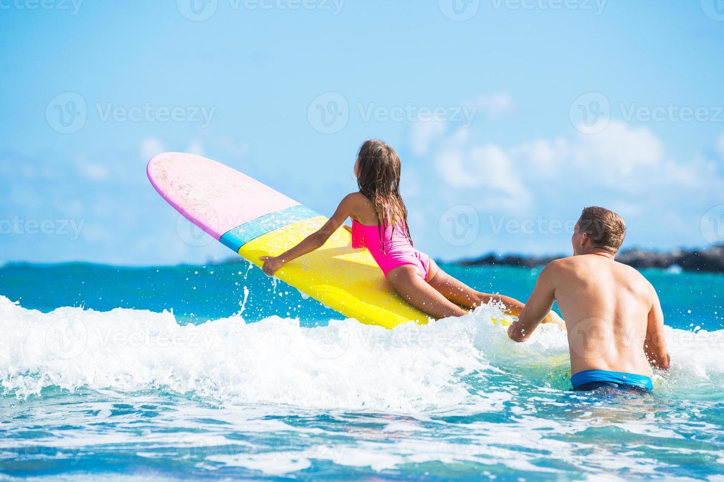 padre y duaghter surfeando juntos foto