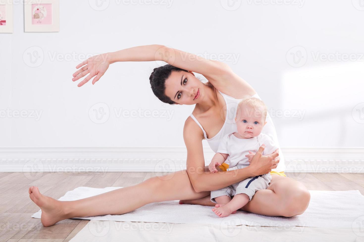 Madre sana y bebé haciendo gimnasia foto