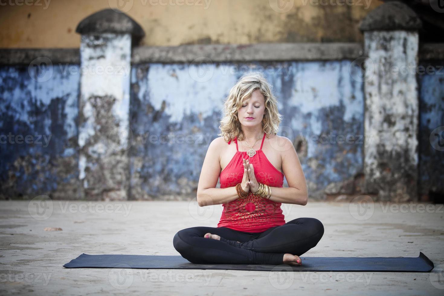 practicando yoga foto