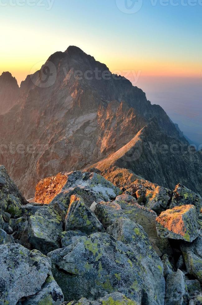 paisaje de verano Amanecer en las montañas. foto