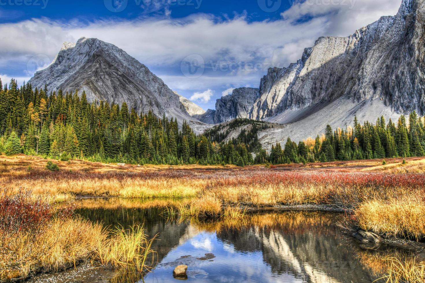 hermosos paisajes de montaña de otoño foto