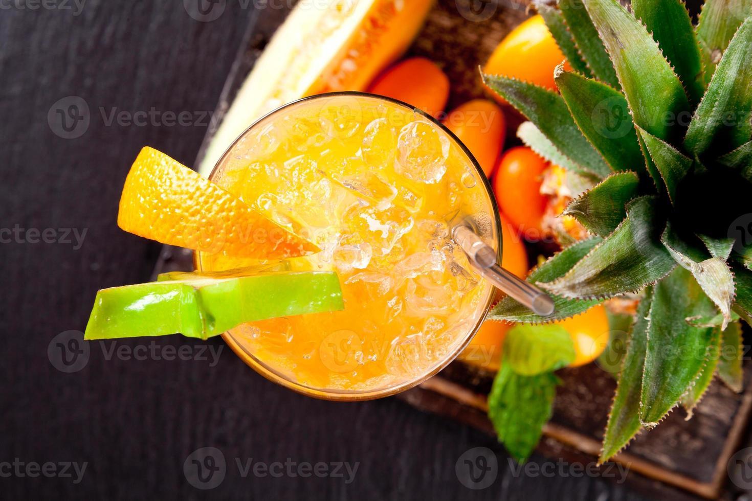 cocktails d'été à l'orange sur pierre noire photo
