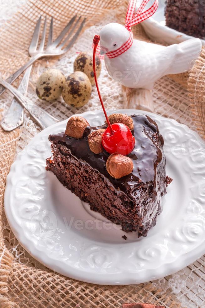 bolo de chocolate com nozes e cerejas foto
