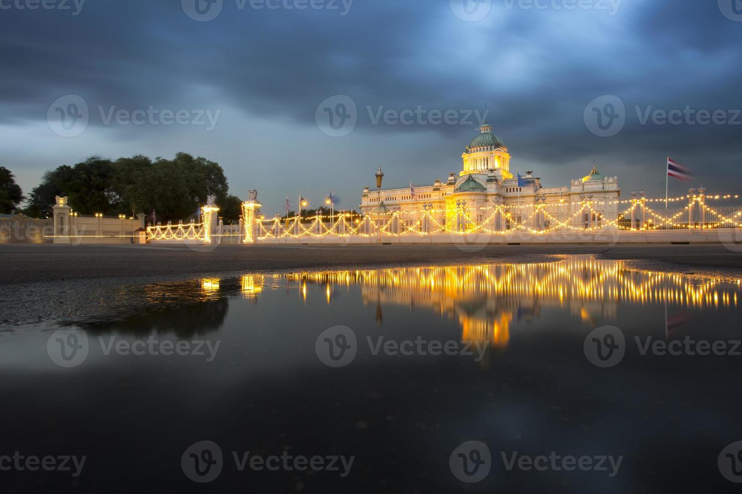 Sala del trono de Ananda Samakhom en un día nublado foto