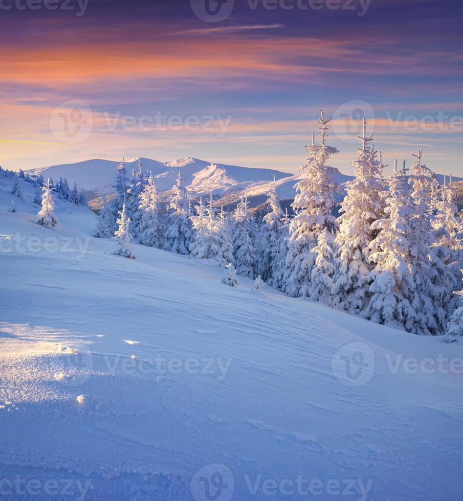 colorido paisaje invernal en las montañas. foto