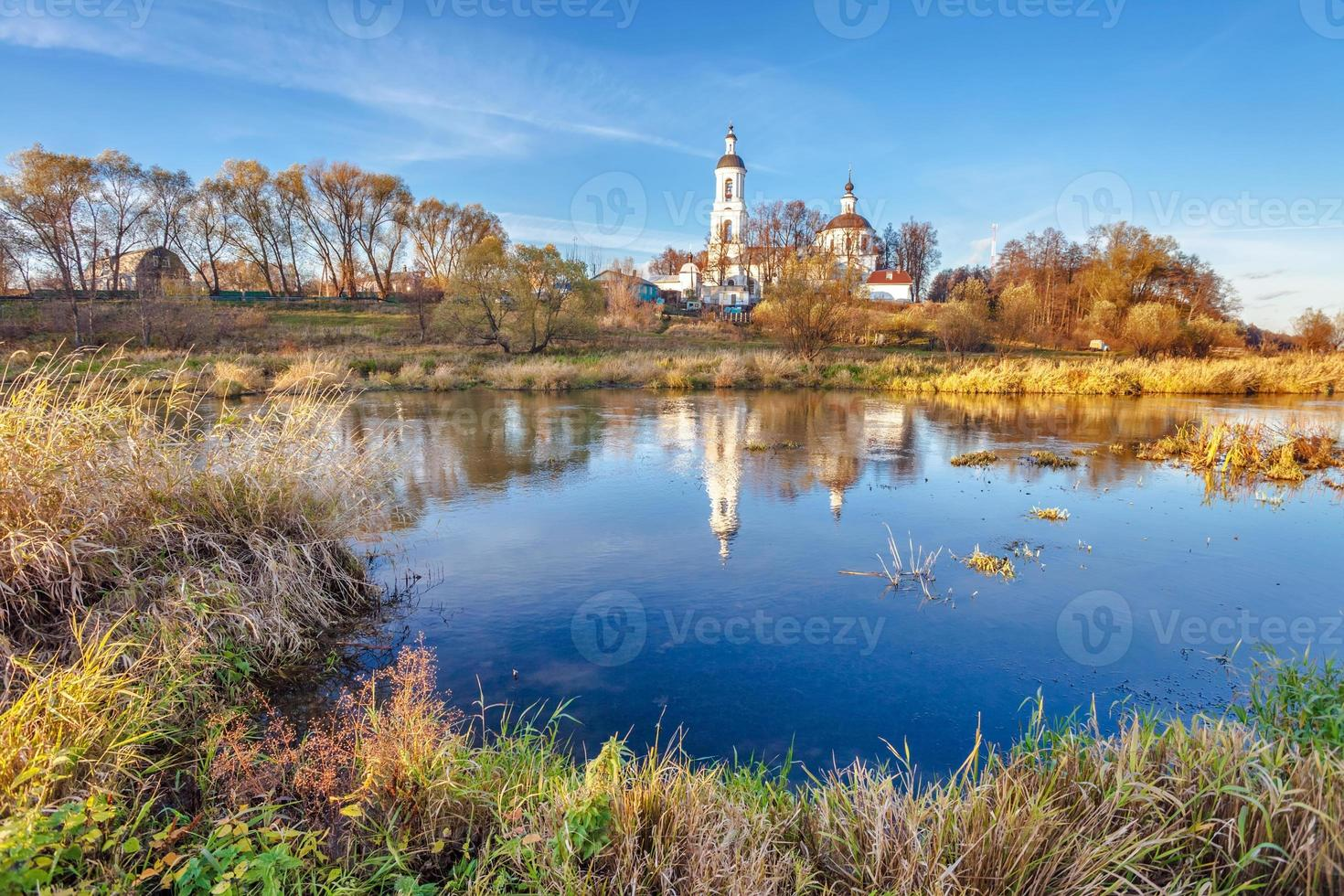 paisagem com rio e igreja foto