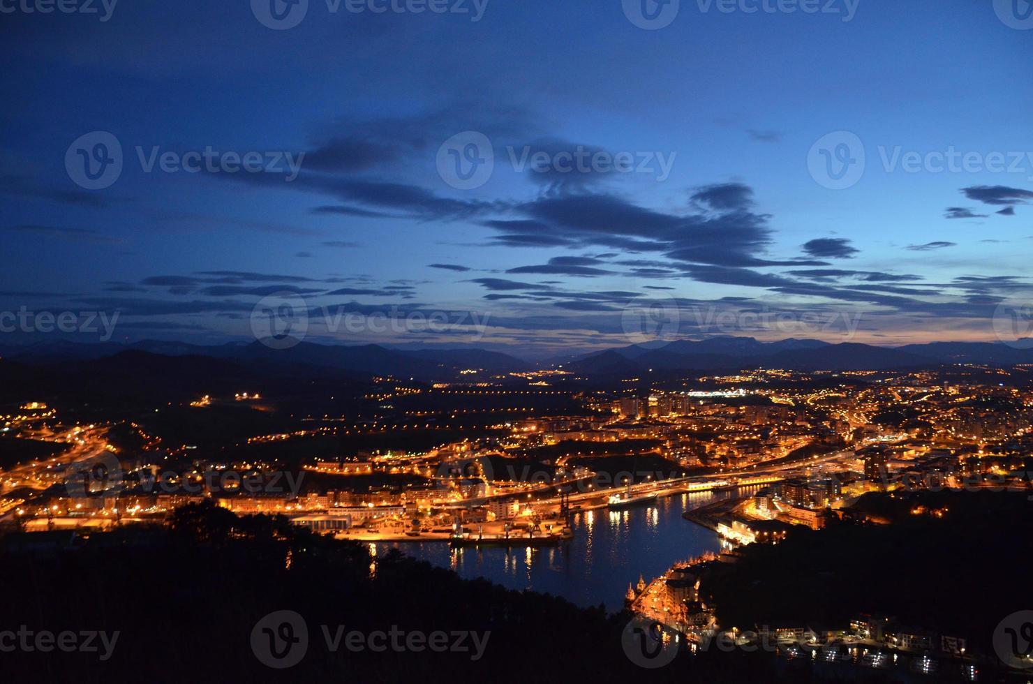 paisagem noturna em irun, espanha foto