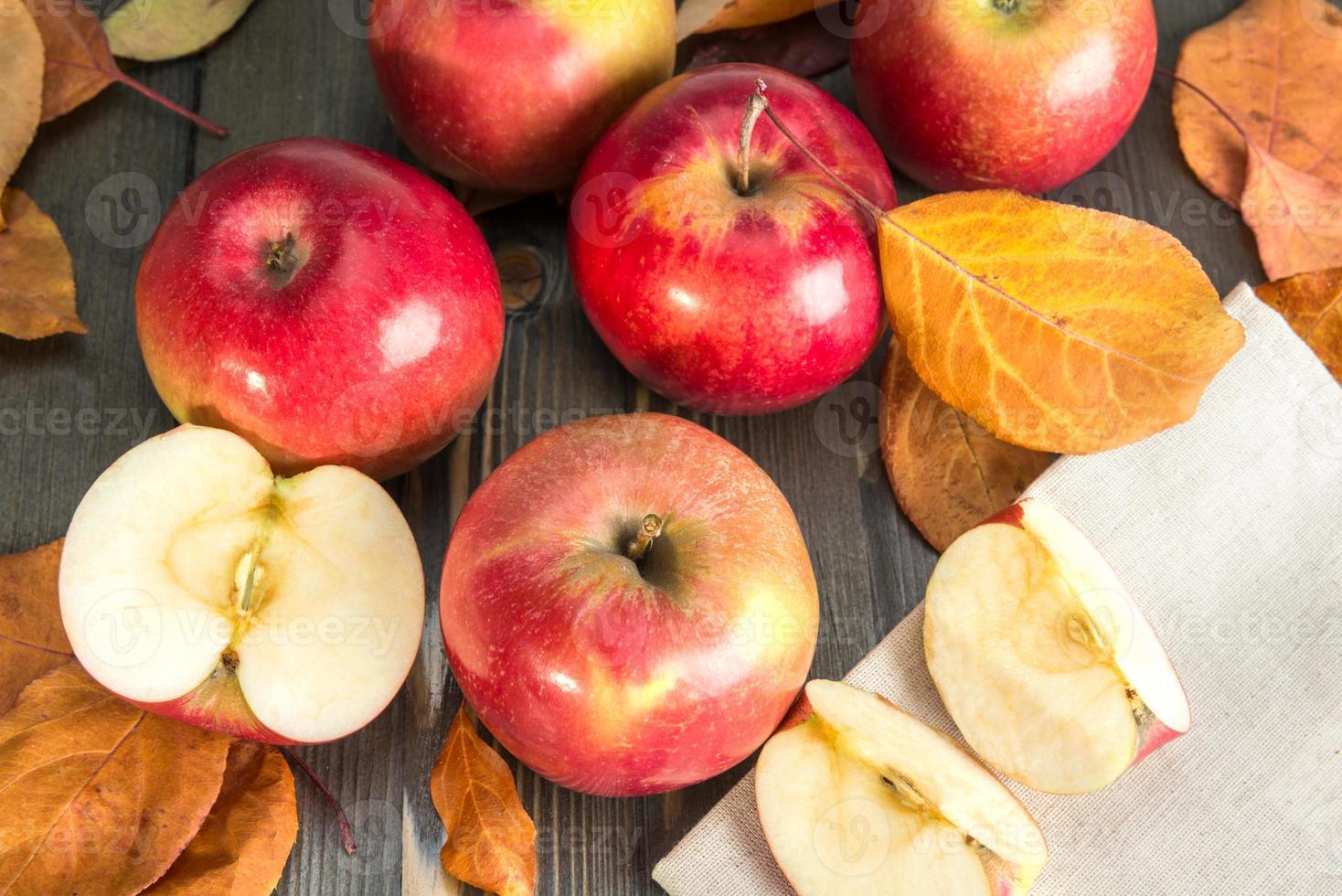 manzanas rojas de invierno en una mesa de madera foto