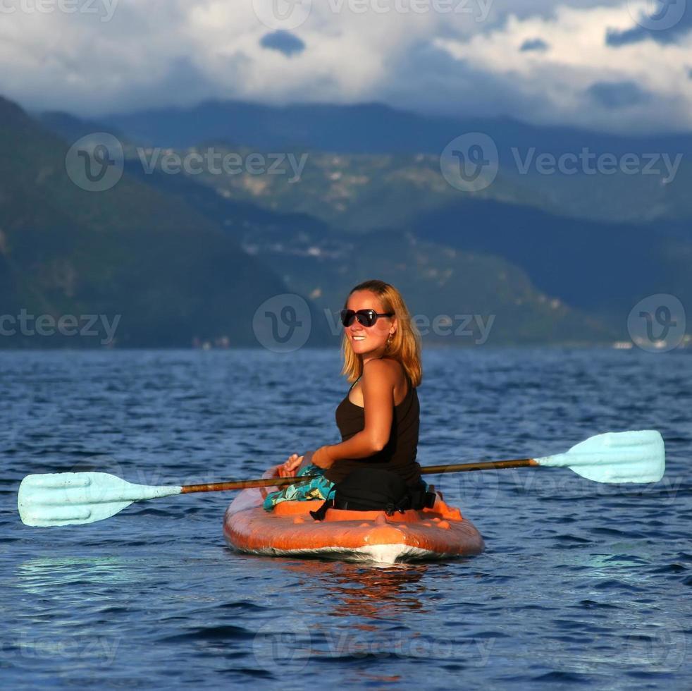 mujer joven en el kayak foto