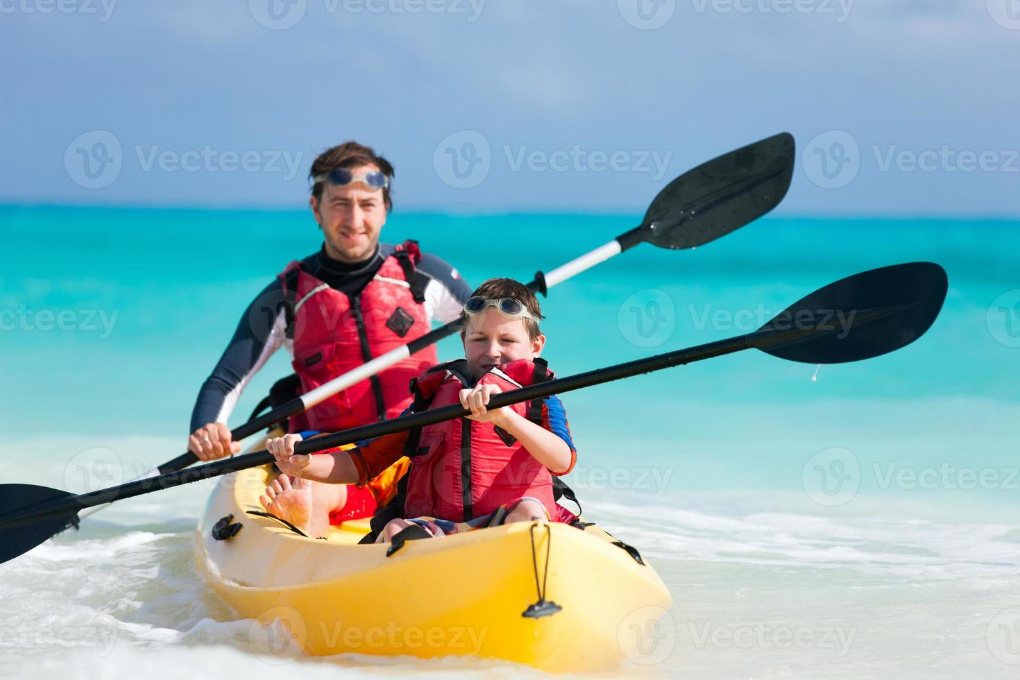 padre e hijo en kayak foto
