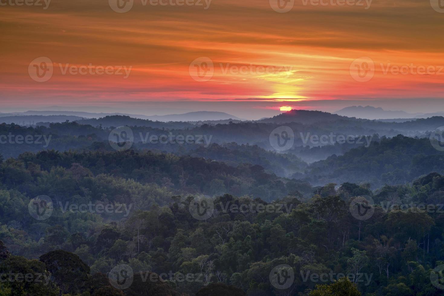 paisagem de montanha e nevoeiro foto