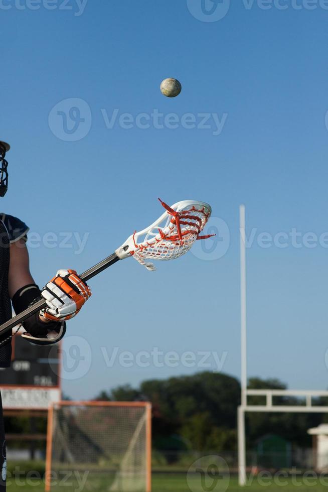 giovane che gioca lacrosse foto