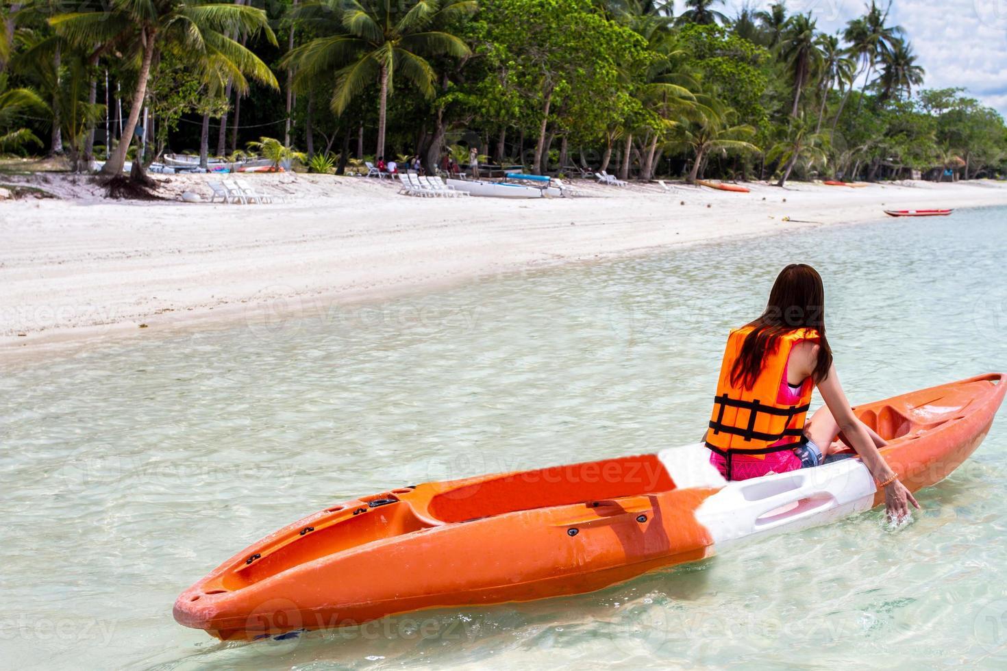 hermosa chica con viajes y vacaciones en la playa disfrutando foto