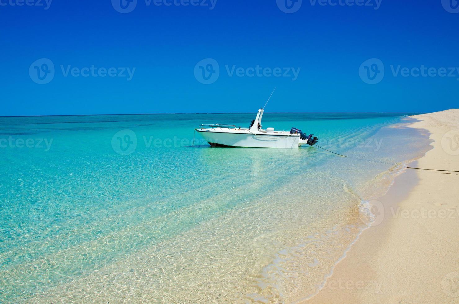 boot op het strand in anakao foto