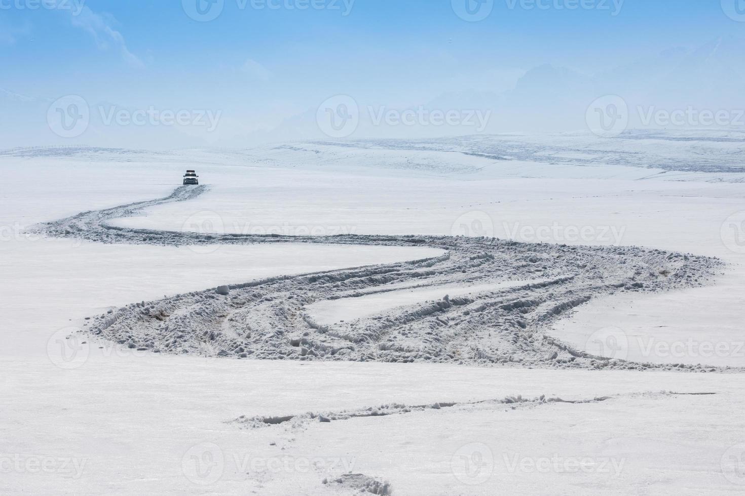 inverno, estrada sinuosa neve paisagem foto