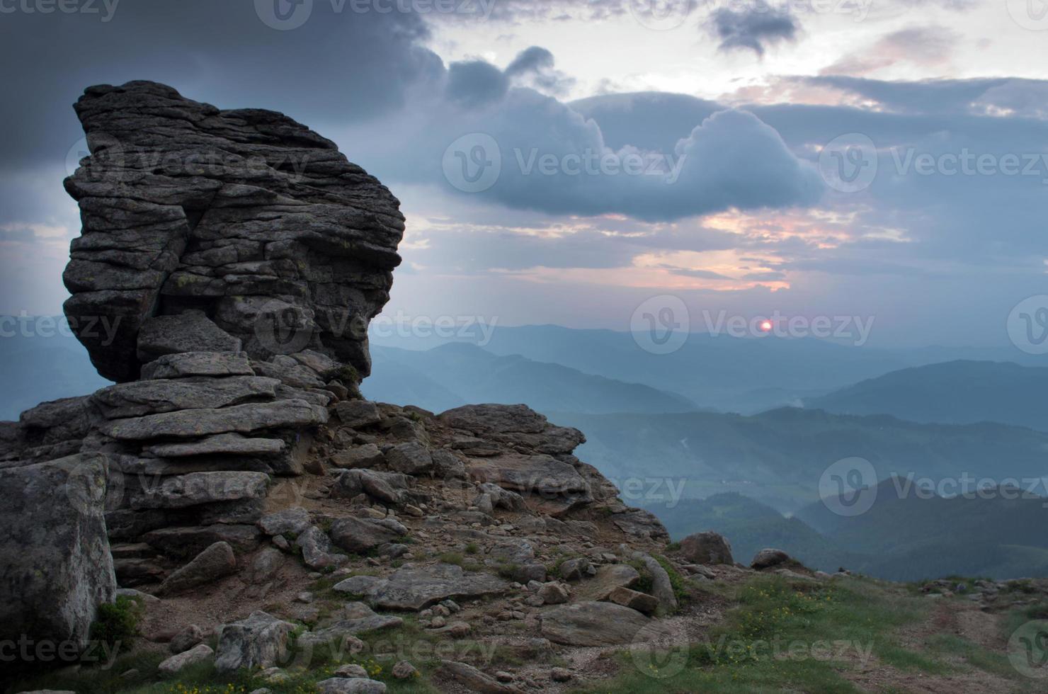 paisagem de planalto de montanha à noite (Cárpatos, Ucrânia) foto
