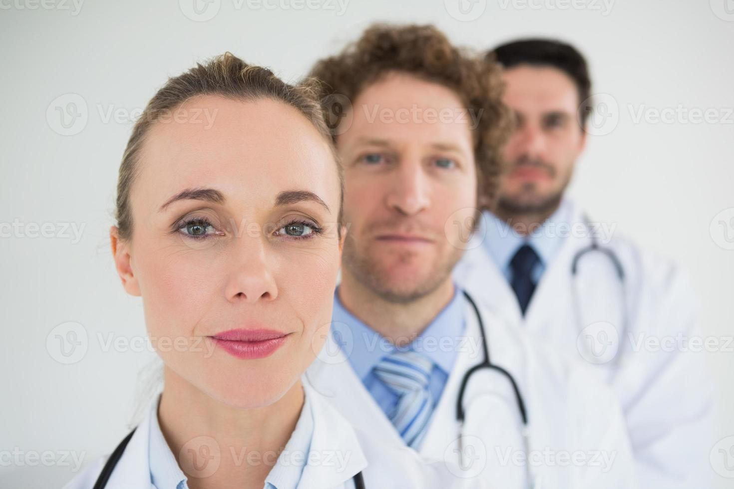 médicos em uma fileira foto
