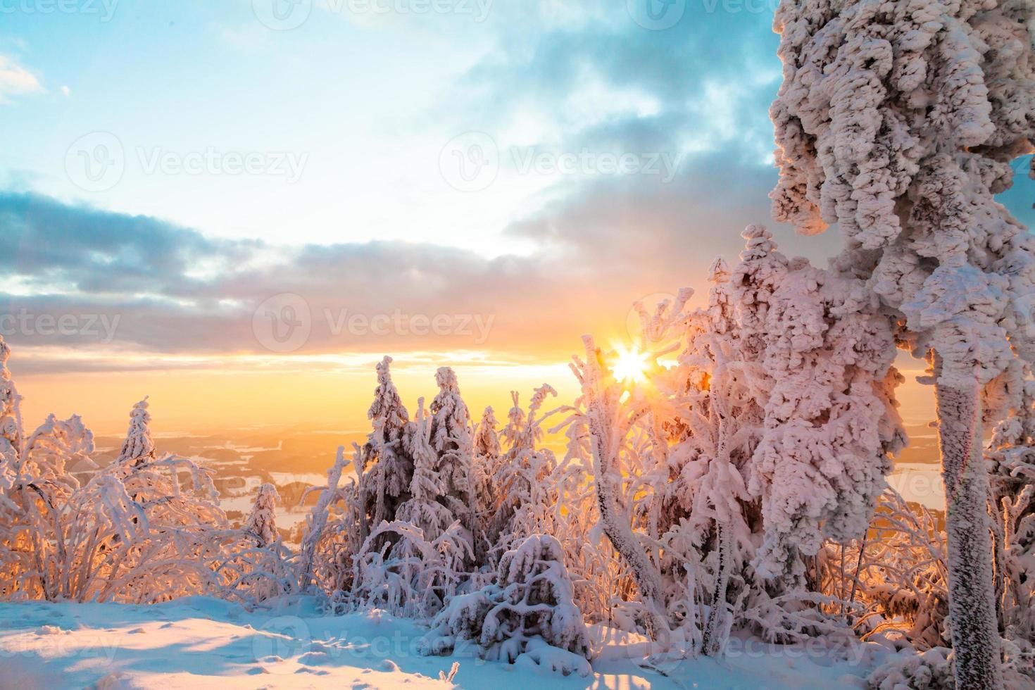 paisaje nevado de invierno en puesta de sol foto