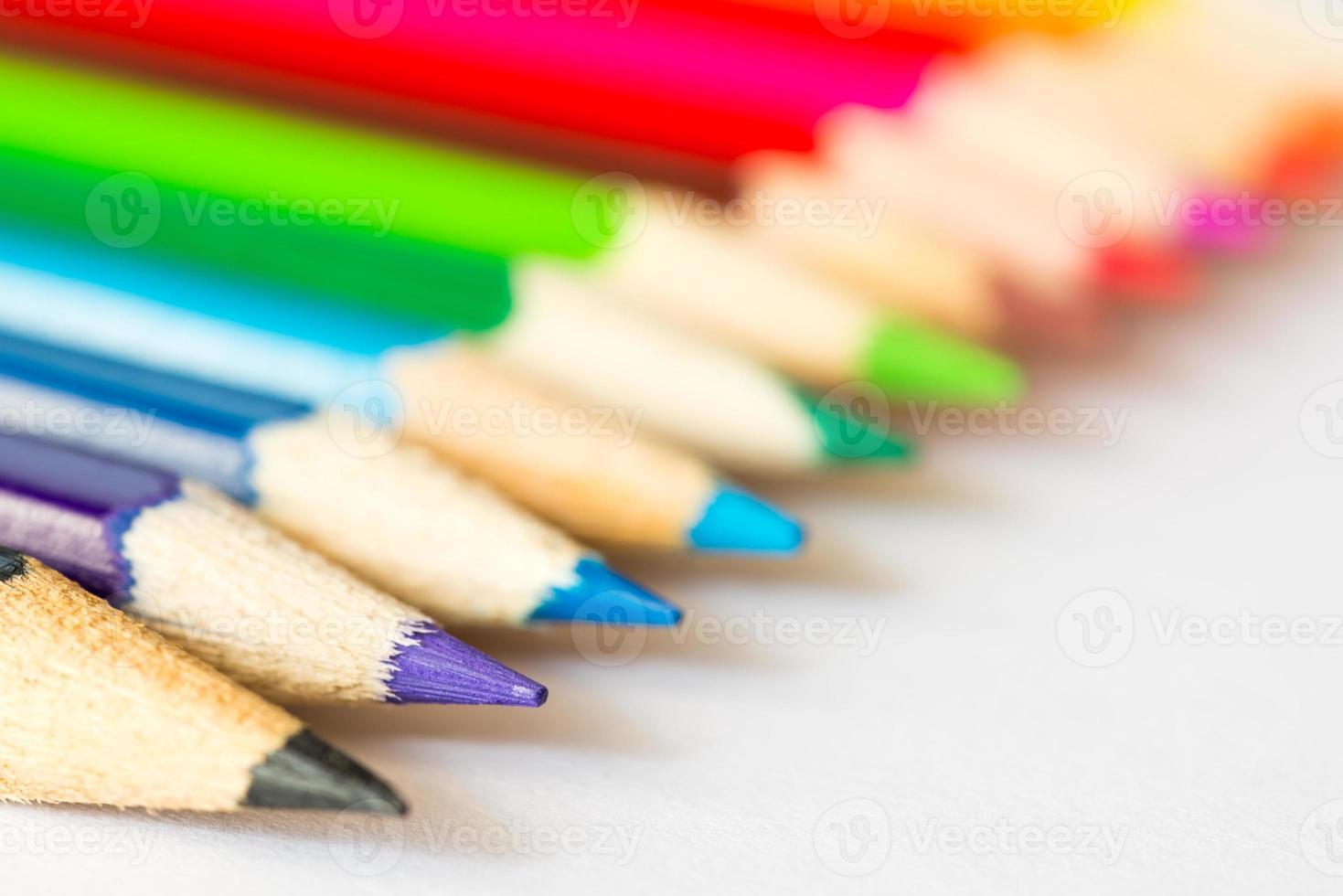 lápices de colores en fila foto