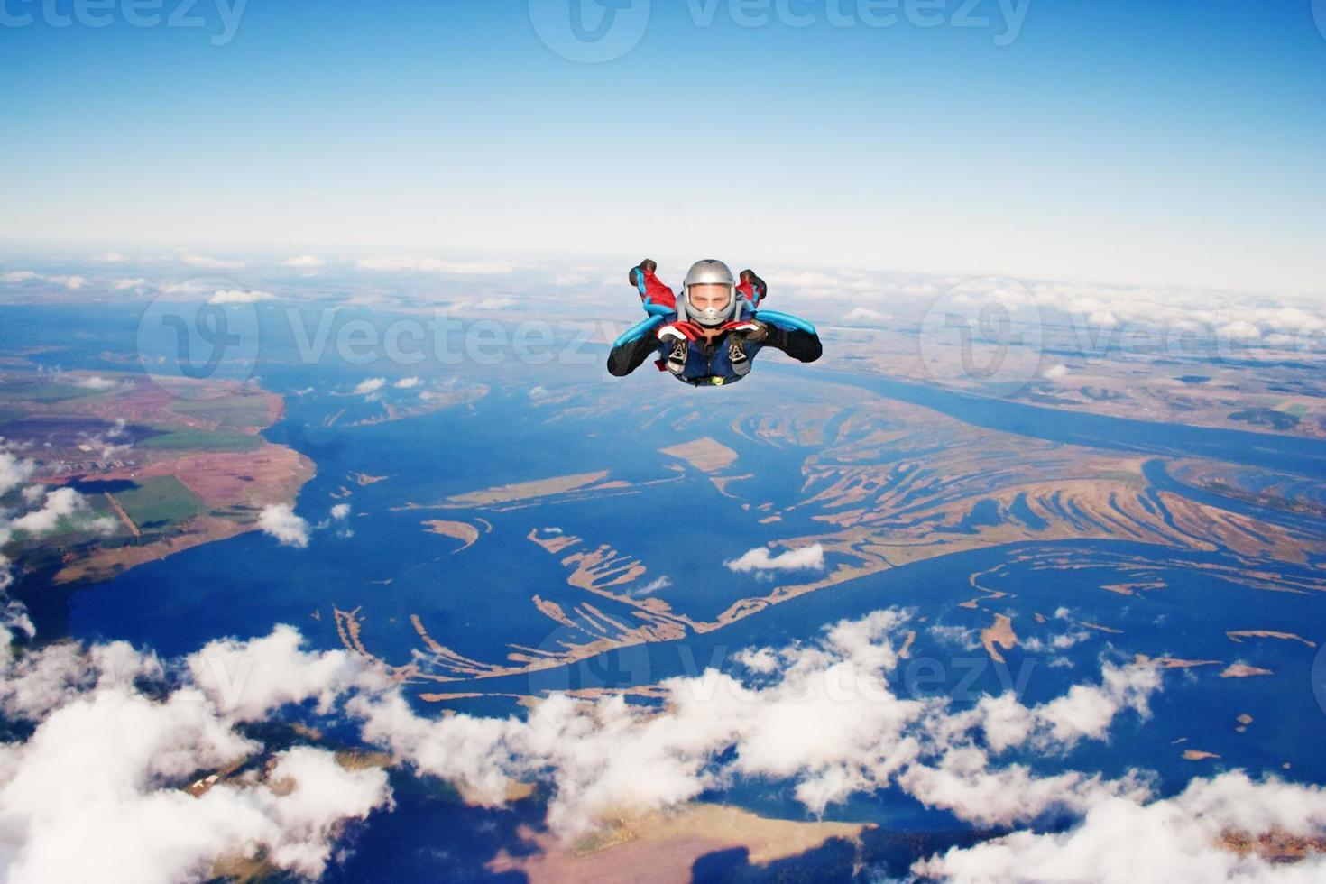skydiver naar de camera gericht terwijl hij naar de aarde valt foto
