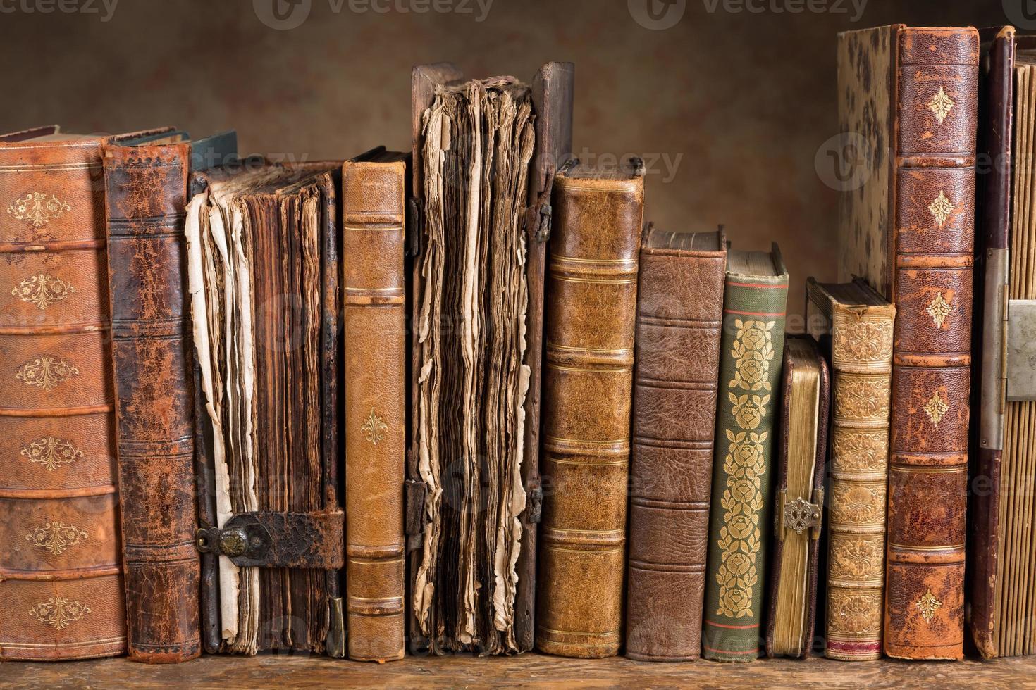 libros antiguos en una fila foto