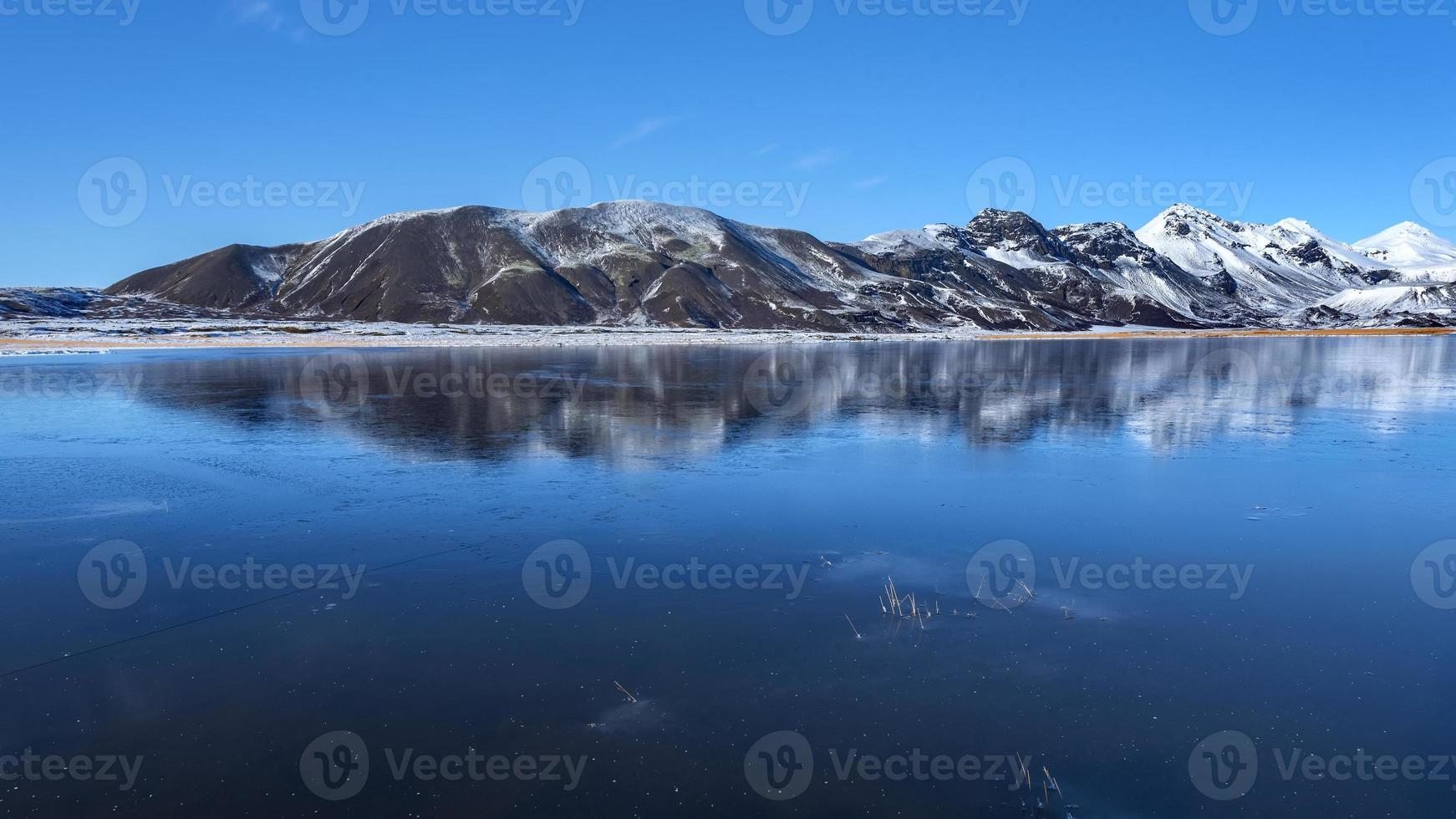 Islandia, hermoso paisaje ártico, campo salvaje foto