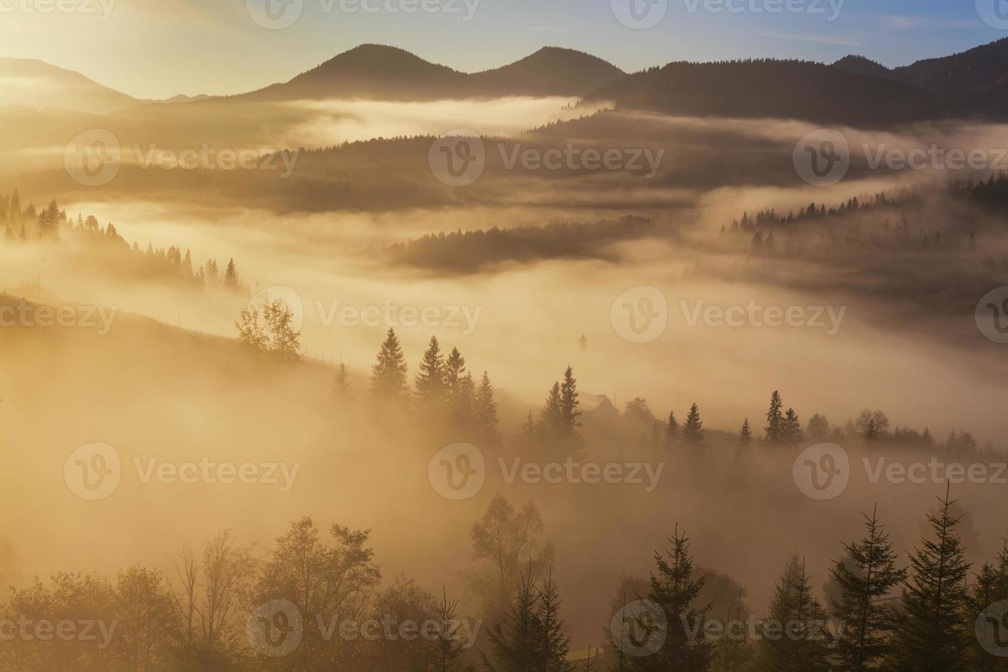 incrível paisagem montanhosa com denso nevoeiro. foto